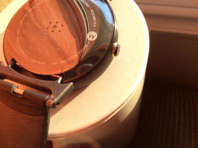 Une petite craque se trouve sur le dos, à droite, de ma Moto360...